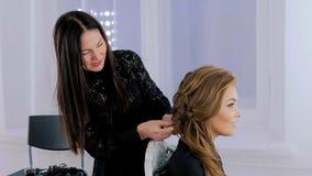Coiffeur, coiffure de finissage de coiffeur pour la jeune jolie femme Photo libre de droits