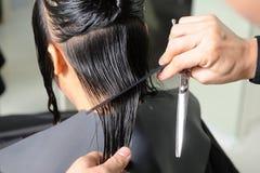 Coiffeur coupant le cheveu images libres de droits