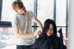 Coiffeur créant une coiffure pour le beau plan rapproché de femme images libres de droits