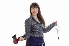 Coiffeur de femme tenant un sèche-cheveux dans le studio d'isolement sur le fond blanc Photographie stock libre de droits