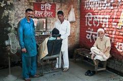 Coiffeur de rue en Inde Images stock