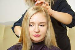 Coiffeur donnant une nouvelle coupe de cheveux Photos stock