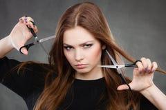 Coiffeur féminin de styliste en coiffure avec des ciseaux image stock
