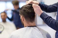 Coiffeur masculin coupant des cheveux au raseur-coiffeur photos libres de droits