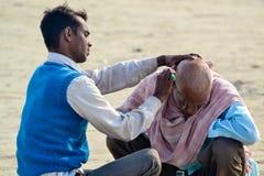 Coiffeur principal et extérieur rasé, chez le Kumbh Mela Festival, Allahabad, Inde 2013 Photo stock