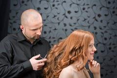 Coiffeur professionnel au salon de luxe Photos libres de droits