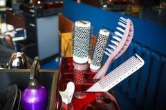 Coiffeur réglé avec de divers accessoires dans la boîte photo stock