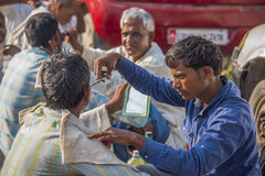 Coiffeurs dans la rue à Varanasi Photo stock