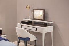 Coiffeuse blanche avec les éléments en osier, tapisserie d'ameublement en cuir, miroir de luxe photo libre de droits