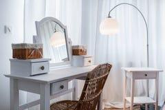 Coiffeuse blanche en appartement images stock