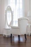 Coiffeuse et chaise blanches avec le miror en verre Photographie stock