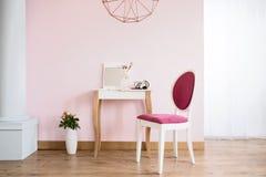 Coiffeuse et chaise tapissée images stock