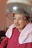 Coiffure à la maison pour les personnes âgées Photo stock