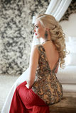 Coiffure élégante Belle femme blonde dans la robe rouge SI de mode Photos stock