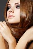 Coiffure. Beau modèle avec le long cheveu brillant photos stock