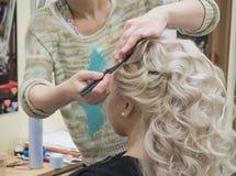 Coiffure bouclée blanche de boucles dans le salon de coiffure image libre de droits