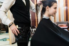 Coiffure de beauté et jeune femme et coiffeur heureux de concept de personnes photos stock