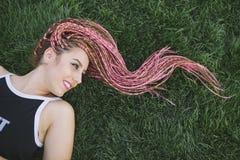 Coiffure de hippie d'adolescent d'amusement avec des tresses Images libres de droits