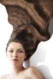 Coiffure de jeune fille de beauté, et beaucoup de cheveux Photo stock