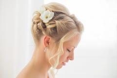 Coiffure de jeunes mariées avec des fleurs images stock