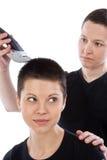 Coiffure de la belle fille par le rasoir électrique Photo stock