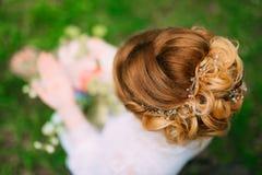 Coiffure du plan rapproché de jeune mariée La fabrication finie par coiffeur Photographie stock libre de droits