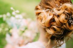 Coiffure du plan rapproché de jeune mariée La fabrication finie par coiffeur photos libres de droits