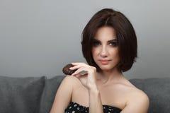 Coiffure magnifique de plomb de maquillage de brune de portrait de beauté de femme de biscuit d'apparence fraîche adorable adulte photos libres de droits