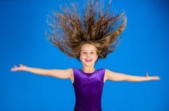 Coiffures latines de danse de salle de bal Fille d'enfant avec la longue robe d'usage de cheveux sur le fond bleu Coiffure pour l images libres de droits