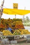Coimbatore, Índia - 28 de junho de 2015: um vendedor é visto cercou por uma variedade de manga em sua tenda na Índia do sul Foto de Stock Royalty Free