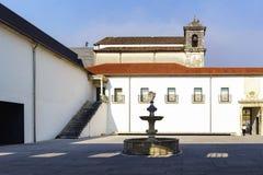 Coimbra, Portugal, am 13. August 2018: Detail des Innenhofes des Museums rief Machado Castro mit dem dekorativen Schriftart an Stockfotos