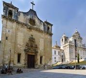 Coimbra Portugal, Augusti 13, 2018: Fasad av kyrkan av San Juan de Almedina, i bakgrundssikten av den nya domkyrkan av C Arkivbilder