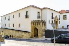 Coimbra, Portugal, 13 Augustus, 2018: De mening van de voorgevel van het nationale museum riep Machado Castro van de straat van A Stock Afbeeldingen