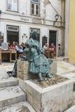 Coimbra PORTUGAL - JUNI 11, 2018: Staty av en kvinnasammanträdeintelligens Royaltyfri Fotografi