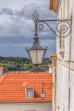 Coimbra/Portugal - 04 04 2019: Sikt av den retro offentliga gatalampan, i gatan av staden av Coimbra, Portugal royaltyfri fotografi