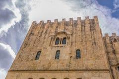 Coimbra/Portugal - 04 04 2019: Vista da fachada lateral da constru??o g?tico da cidade da catedral de Coimbra, do Coimbra e do c? fotografia de stock royalty free