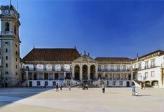 Coimbra, Portugalia, Sierpień 13, 2018: Fakultet prawo fakultet i Uniwersytecki wierza w podwórzu dzwoniącym szkoły z tuirma zdjęcia stock
