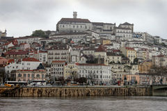 Coimbra sous les cieux foncés Images libres de droits