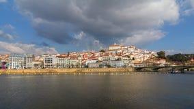 Coimbra stad och Mondego flod Arkivbilder