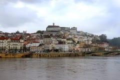 Coimbra under mörka himlar Arkivfoto