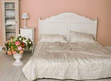 Coin élégant confortable de vintage de la chambre à coucher avec des fleurs Photographie stock libre de droits