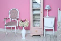Coin élégant confortable de vintage de la chambre à coucher rose avec le vase à plancher images stock
