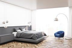 Coin blanc de chambre à coucher, lit gris Images libres de droits