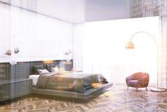 Coin blanc de chambre à coucher, lit gris modifié la tonalité Image stock