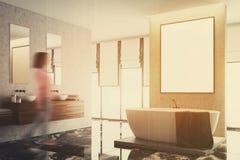 Coin blanc et concret de salle de bains, affiche modifiée la tonalité Photographie stock libre de droits