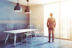 Coin bleu de salle à manger, table en bois, homme Photographie stock libre de droits