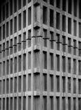 Coin concret d'un bâtiment avec le modèle rythmique moderne images libres de droits
