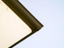 Coin d'un toit sur une maison et un ciel bleu Photo libre de droits