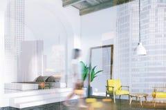 Coin d'une chambre à coucher blanche confortable, miroir modifié la tonalité Images libres de droits