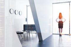 Coin d'une salle d'attente blanche de bureau, femme Image libre de droits